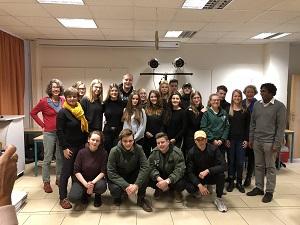 Die Gruppe von schauspielernden Schülern mit ihren Mentoren.