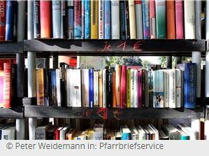 Ein volles Regal mit farbigen Büchern.