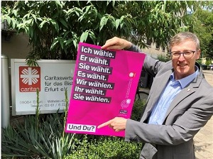 Diözesan-Caritasdirektor Wolfgang Langer mit einem Plakat zur Landtagswahl 2019.