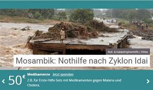 Spendenaufruf: Ein einzelner Mann steht auf einem zerstörten haus in mitten von schlammigen Fluten.
