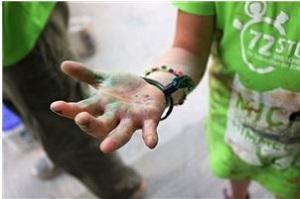 Die Hand eines jungen Menschen beim Einsatz für die 72h-Aktion.