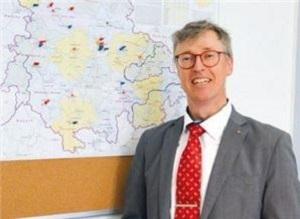 Diözesan-Caritasdirektor Wolfgang Langer in seinem Büro.