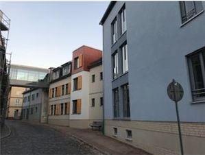 Der dreistöckige Neubau in der Innenstadt Nordhausens fügt sich nahtlos in die Häuserzeile ein.