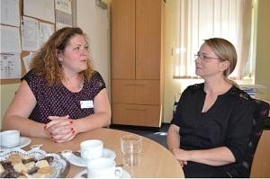 Vicky Kotte und Manja Prüfer, die ehrenamtlich in einer Palliativgruppe in Weimar tätig sind.