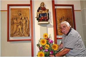 Der Etzelsbacher Küster Adolf Achtermeier erneuert den Blumenschmuck am Gnadenbild.