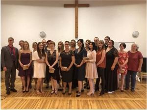 Foto: Schulleiterin Christiane Kirschner und Caritasdirektor Wolfgang Langer (l.) im Kreis von Kursleitung und neuen Fachkräften.