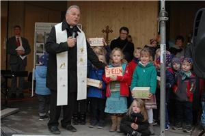 Pfarrer Gert Schellhorn beim Richtfest mit Kindergartenkindern