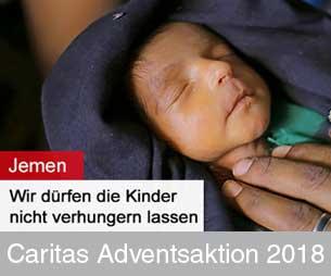 Zartes Neugeborenes im Arm der Mutter