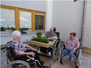 Bewohnerinnen und Bewohner des Altenpflegezentrums St. Elisabeth Erfurt bepflanzen gemeinsam ein Kräuterbeet für den Sinnesgarten.