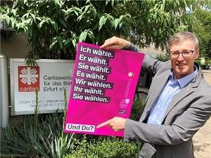 Diözesan-Caritasdirektor Wolfgang Langer mit einem der Plakat der Kampagne zur Landtagwahl.