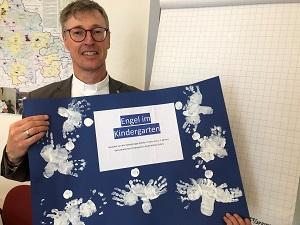 Diözesan-Caritasdirektor Wolfgang Langer mit dem Plakat der kleinsten Kinder aus dem Kindergarten St. Marien Erfurt, im Rahmen der Aktion