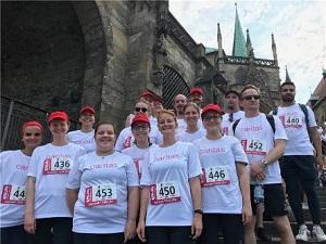 Caritasläuferinnen und -läufer vor dem Lauf auf den Erfurter Domstufen.