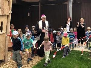 Einweihung des Spielplatzes im Domkindergarten St. Marien Erfurt: Die Kinder erstürmen die neuen Spielgeräte.