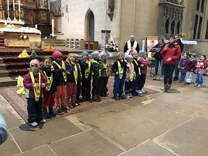 Kinder aus dem katholischen St. Elisabeth-Kindergarten Arnstadt gebärden das Vater Unser vor der Altarinsel.
